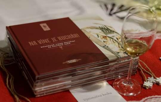kuchárska kniha, kniha receptov, recepty s vínom, svätojurské recepty, snúbenie jedla a vína, párovanie jedál s vínom, svätojurskí vinári, svätojurské jedlá, tradičné jedlá v modernom prevedení, Marián Fraňo, Vinohradnícka izba